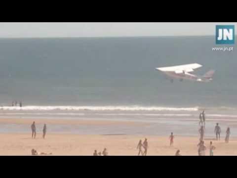 العرب اليوم - شاهد هبوط طائرة على شاطئ يتسبب في كارثة
