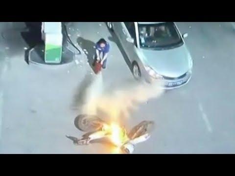 العرب اليوم - لحظة اشتعال النيران في موتوسيكل داخل محطة بنزين