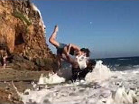 العرب اليوم - زوجان يتعرضان لموقف محرج على شاطئ البحر