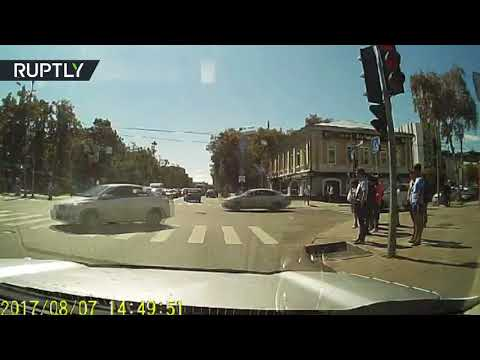 العرب اليوم - سائق يطارد سيارته في تيومين الروسية ويثير الجدل