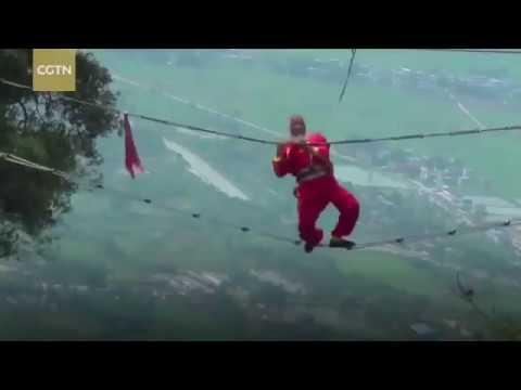 العرب اليوم - شاهد عجوز صيني يقوم بحركات بهلوانية على ارتفاع شاهق