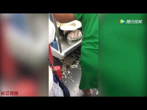 العرب اليوم - شاهد سيدة تقشر كمية كبيرة من الثوم في المترو