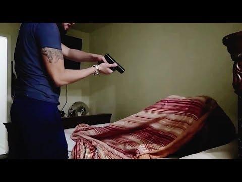 العرب اليوم - شاهد رجل يحاول قتل زوجته بعد أن رآها تخونه مع صديقه