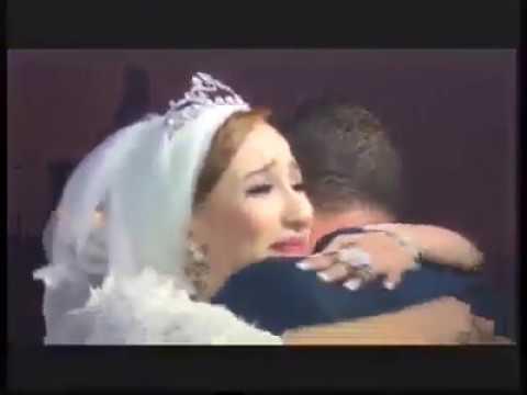 العرب اليوم - شاب مهاجر يفاجئ أخته العروس بالعودة لحضور زفافها