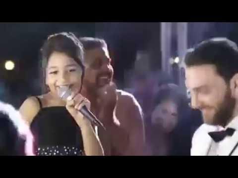 العرب اليوم - شاهد طفلة تشعل حفلة زفاف شقيقتها العروس بأغنية طريفة