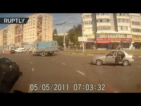 العرب اليوم - شاهد حادثة مروّعة لسقوط طفل من سيارة أثناء سيرها