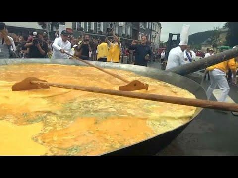 العرب اليوم - شاهد عشرة ألاف بيضة لصنع عجة عملاقة في بلجيكا