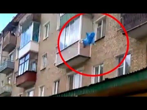 العرب اليوم - شاهد أب مجنون يلقى ابنه الذي لم يبلغ 5 سنوات من النافذة