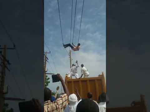 العرب اليوم - لحظة إنقاذ شاب حاول الانتحار من فوق أسلاك الكهرباء