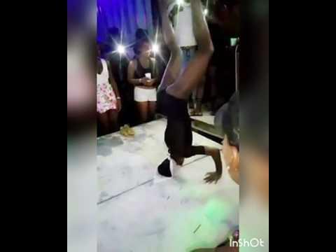 العرب اليوم - شاهد حادث لراقصة تكسر رقبتها أثناء استعراضها