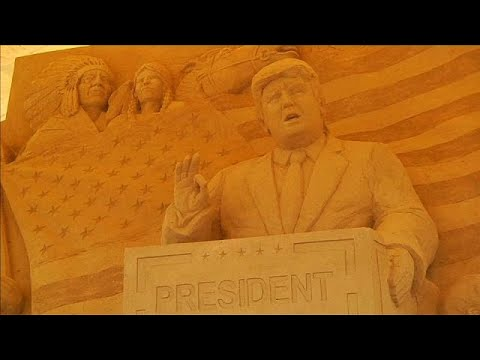العرب اليوم - شاهد تماثيل رملية لرموز أميركية في متحف الرمال