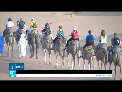 العرب اليوم - شاهد رمال الصحراء في المرزوقة تجذب السياح للاستشفاء