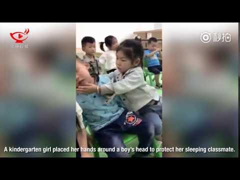 العرب اليوم - شاهد رد فعل طريف لطفلة تساعد زميلها في الحضانة