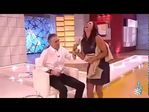 العرب اليوم - بالفيديو مذيع يمزق فستان زميلته على الهواء مباشرة