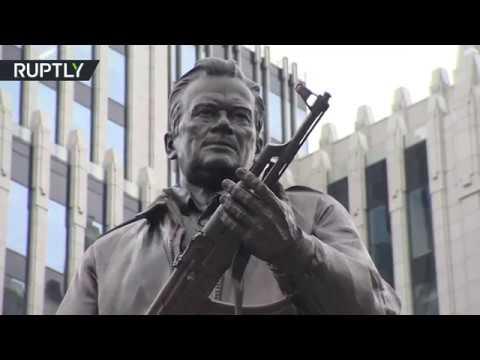 العرب اليوم - إزاحة الستار عن تمثال ميخائيل كلاشينكوف في وسط موسكو