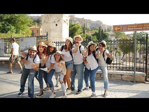 العرب اليوم - فرقة ممثلين شباب يؤدون مسرحيات قصيرة خارج الآثار الشهيرة في أثينا