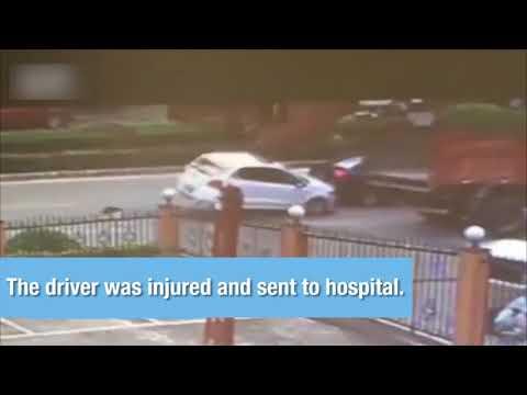 العرب اليوم - شاهد باب شاحنة يقلب سيارة على الطريق في الصين