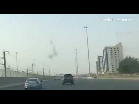 العرب اليوم - شاهد مشاجرة ساخنة بين رجل وسائق على طريق سريع