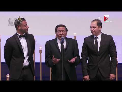 العرب اليوم - شاهد شريف منير ينهار من البكاء أثناء كلمة عادل إمام في مهرجان الجونة السينمائي