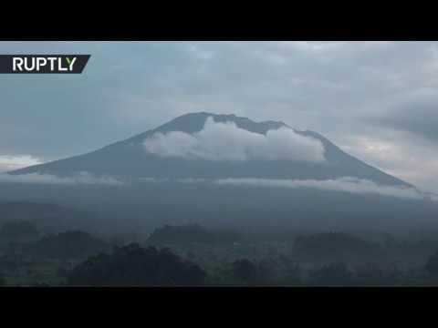 العرب اليوم - شاهد تزايد نشاط بركان آغونغ في جزيرة بالي في إندونيسيا