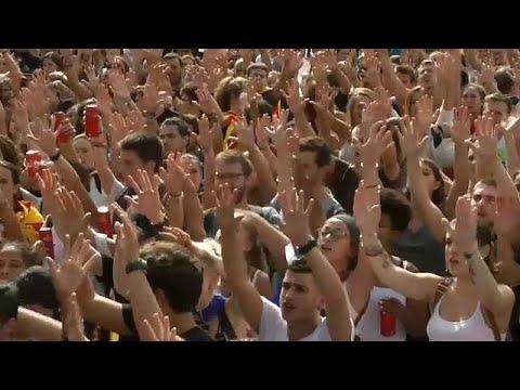 العرب اليوم - طلبة كتالونيا يرفعون صوتهم عاليا ضد قمع مدريد