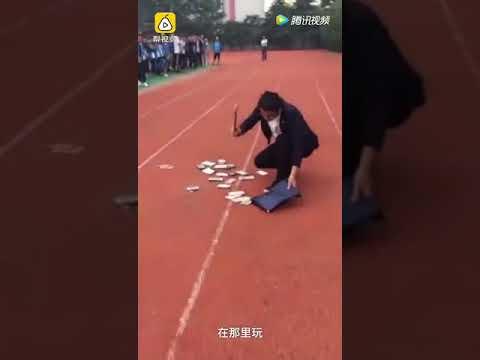 العرب اليوم - شاهد  مدرسة تجبر طلابًا على تحطيم هواتفهم الثمينة