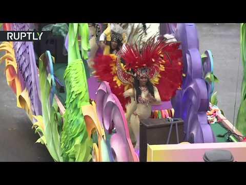 العرب اليوم - شاهد عرض كرنفالي وسط موسكو احتفاء بمهرجان الشباب والطلبة