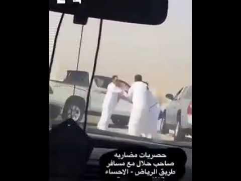 العرب اليوم - شاهد إنقاذ سائق من الموت بعد سقوط سيارته داخل بئر
