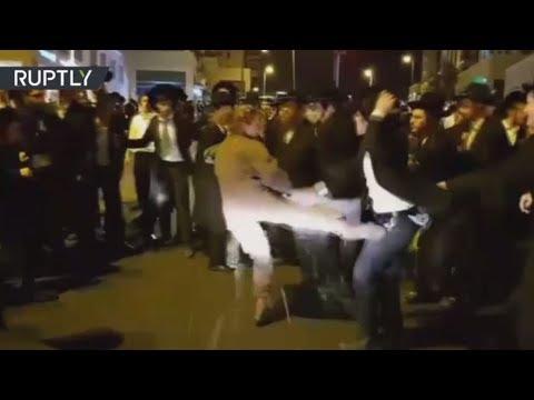 العرب اليوم - شاهد جندية إسرائيلية تعتدي على متظاهرين من اليهود المتشدّدين