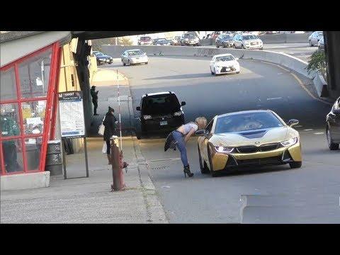 العرب اليوم - شاهد فتاة تنهار أمام سيارة ذهبية لأحد الشباب