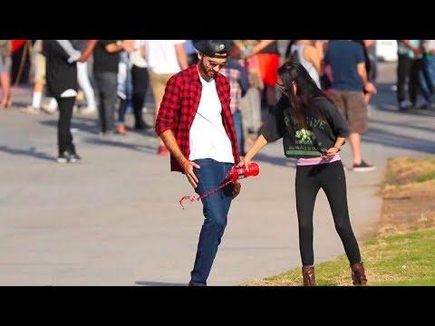 العرب اليوم - شاب يحصل على أرقام الفتيات باستعمال سرواله السحري