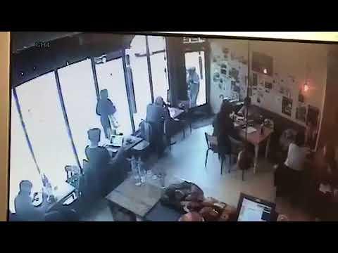العرب اليوم - شاهد لص جريء يقتحم مقهى ويسرق جهاز حاسوب أمام الناس