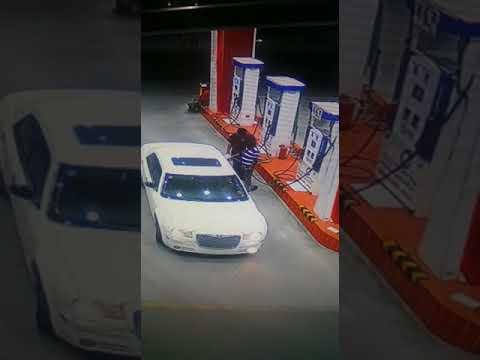 العرب اليوم - شاهد لحظة اختطاف 3 شباب لعامل في محطة وقود