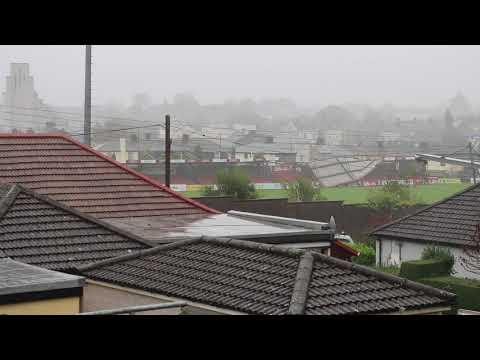 العرب اليوم - لحظة اجتياح عاصفة قوية لأحد الملاعب في أيرلندا