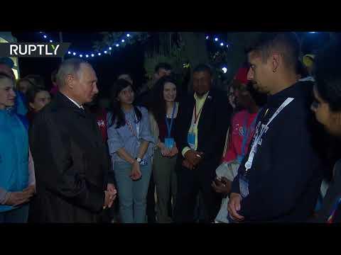 العرب اليوم - فلاديمير بوتين يمازح أحد الشباب على الهواء مباشرة