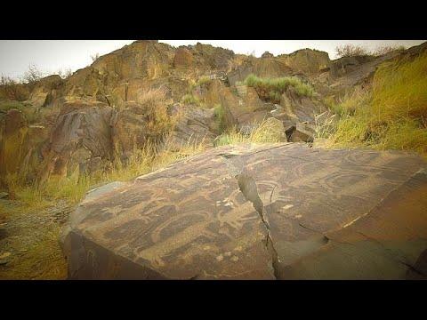 ممر تانبالي وصور محفورة في الصخور في آلماتي