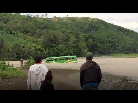 شاهد حافلة مدرسية تعبر النهر في مغامرة خطير