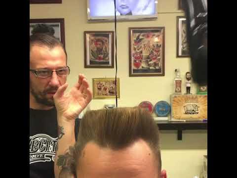 شاهد حلاق يحلق شعر عميل له بطريقة غريبة