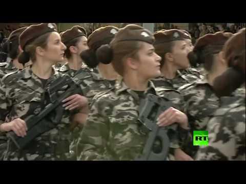 المرأة حاضرة بقوة في استعراض عسكري في بيروت
