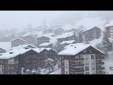 آلاف السائحين يغادرون محطة للتزلج كانوا عالقين فيها