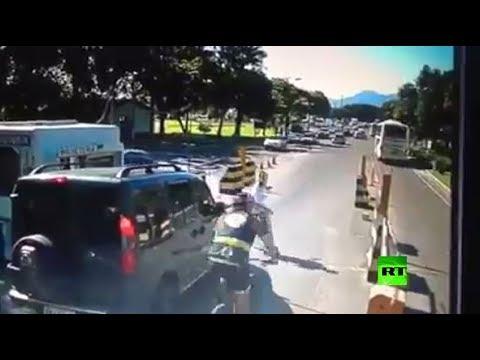 رجل يصطدم بدراجة هوائية بشكل مروع