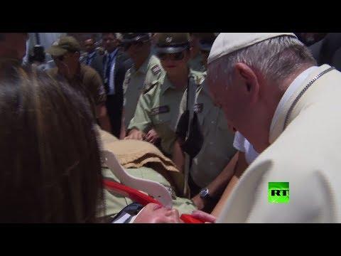 شاهد بابا الفاتيكان يوقف موكبه من أجل شرطية تشيلية