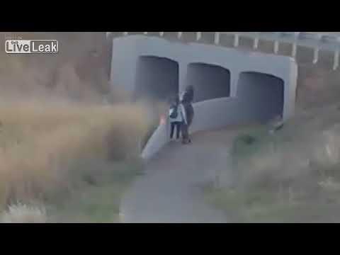 شاهد 3 فتيات يشعلن حريقًا في منطقة حشائش في أستراليا