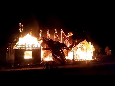 شاهد إضرام النار في كنيسة في تشيلي