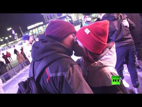 شاهد مسابقة أطول قبلة في عيد الحب وسط مدينة موسكو
