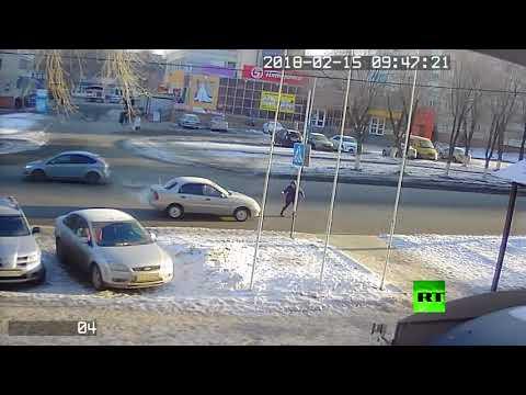 لحظة دهس امرأة في أحد شوارع أورنبورغ الروسية
