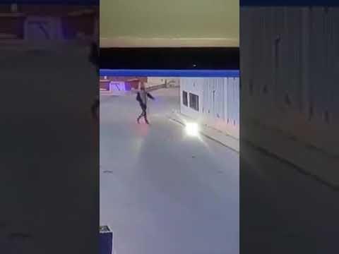 لحظة اعتداء لص على فتاة بطريقة وحشية وسرقة حقيبتها