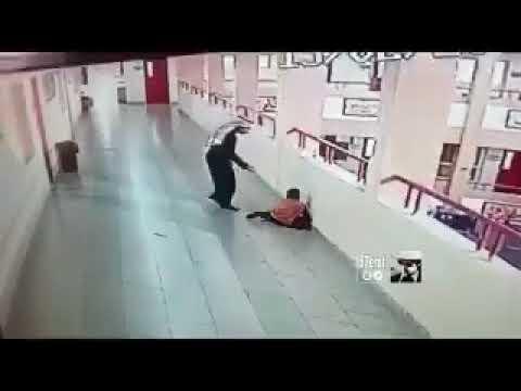 لحظة إنقاذ طالب ابتلع قطعة معدنية في السعودية