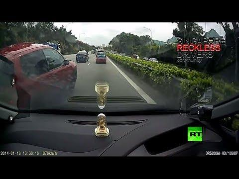 شاهد سائق غاضب يشفي غليله بسيارة أخرى