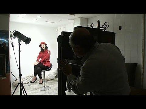 شاهد استوديو مصري يتحدّى العصر الرقمي ويعمل بكاميرا عمرها 130 عامًا